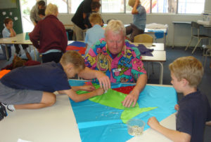 Bob Daly conducts an applique workshop with primary school students (SpinFX AustrAliA)
